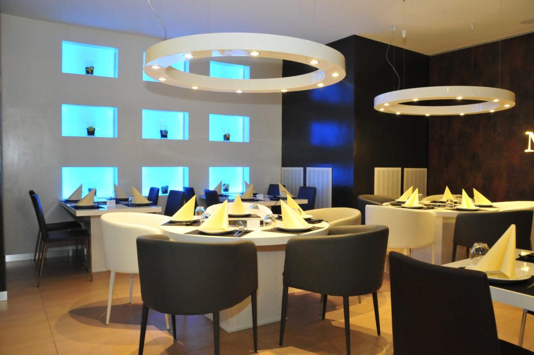 La progettazione d'interni del ristorante situato a Ferrara, ha rivolto un focus particolare sulla progettazione illuminotecnica