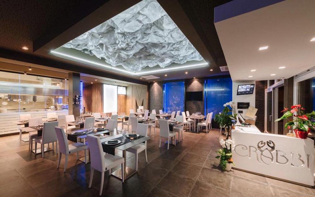 Particolare della sala principale del ristorante Crabbi di Mariano Comense, con cucina a vista e cascate di acqua