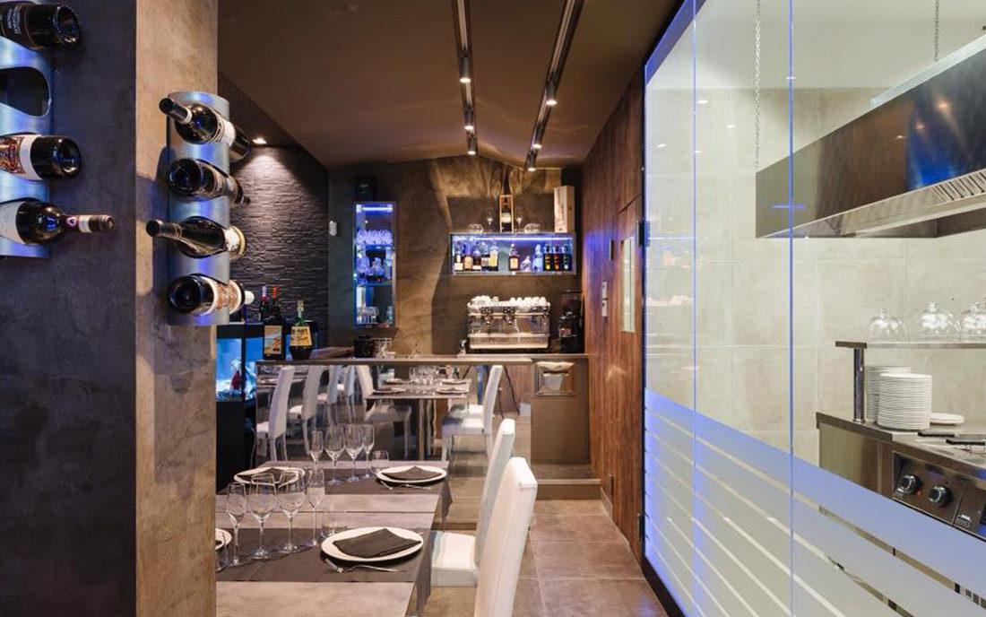 Particolare della sala con bancone bar e cucina a vista