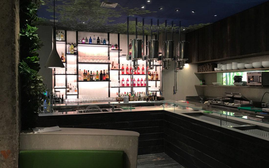 Vista intera del bancone bar NUI CITY JUNGLE CAFE'
