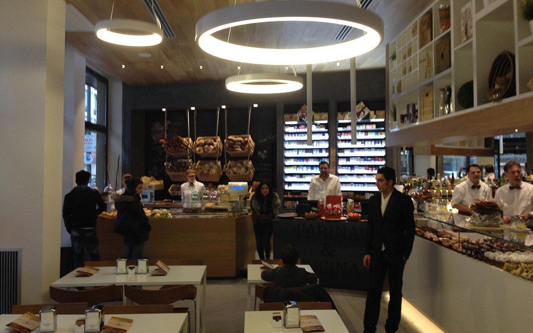 Sala principale e bancone del bistrot Farina & Cucina, ristrutturato a Milano